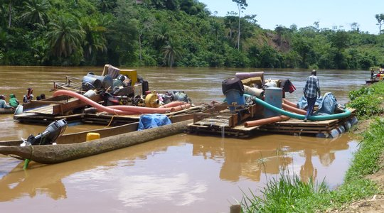 Gold dredging machines on the Ulindi River in Shabunda in 2015